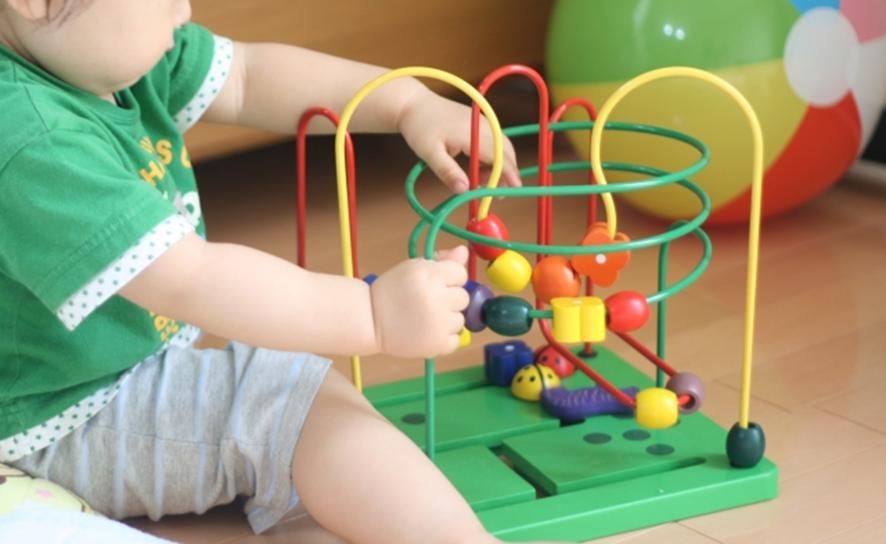 赤ちゃんがおもちゃで遊んでいる