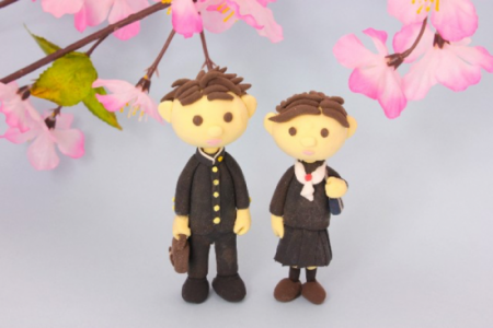 桜の下に男の子と女の子