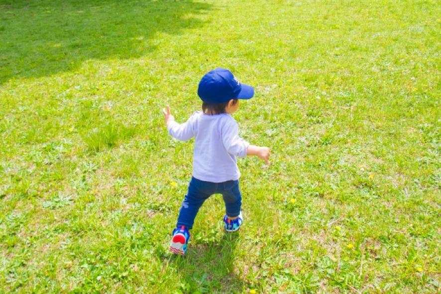 子供歩いている