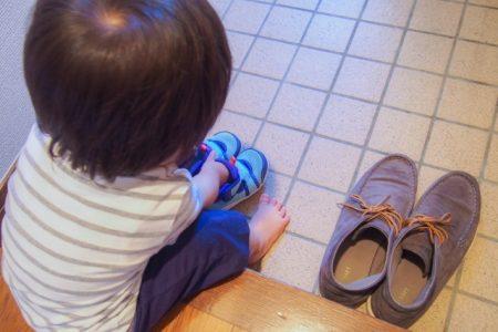 子供が靴を揃えている