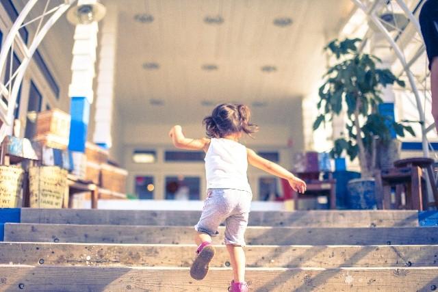 女の子走っている
