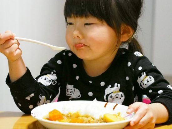 カレーを食べる子供