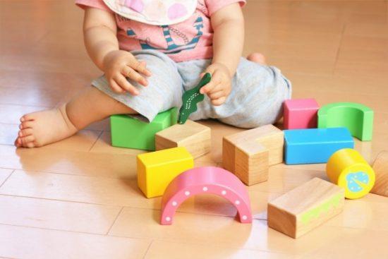 1人で遊ぶ幼児