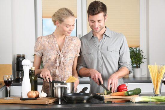 夫婦で料理をしているところ