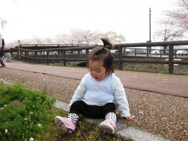 道端に座る子供