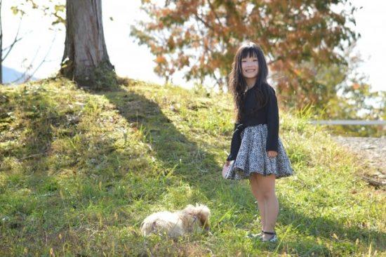 犬を連れている女の子